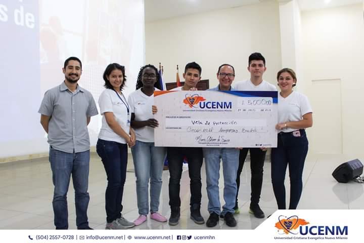 Foto con el premio equipo de Vela de Protección